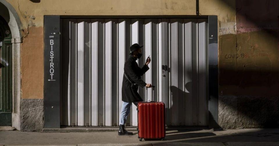 ミニマリストがスーツケース1つで暮らす生活スタイルとは。収納法もご紹介!